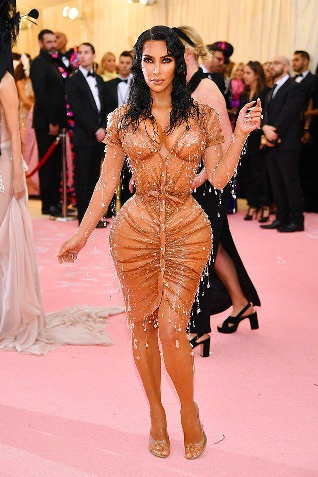 16. Kim Kardashian'ın Met Gala 2019'da giydiği ıslak görünümlü elbise.