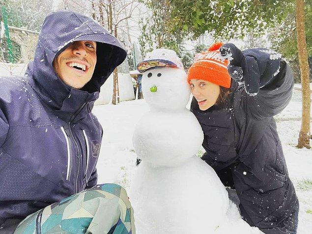 8. Bir kar fotoğrafı olmasın mı? Aşık çiftimiz kardan adam yapmış ve yine o muzip pozlarını vermiş.