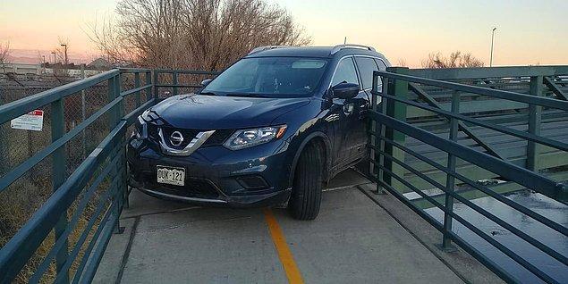 2. Ve bu kişi, sırf kestirme yol diye yaya köprüsünden arabasıyla geçmeye çalışmış.