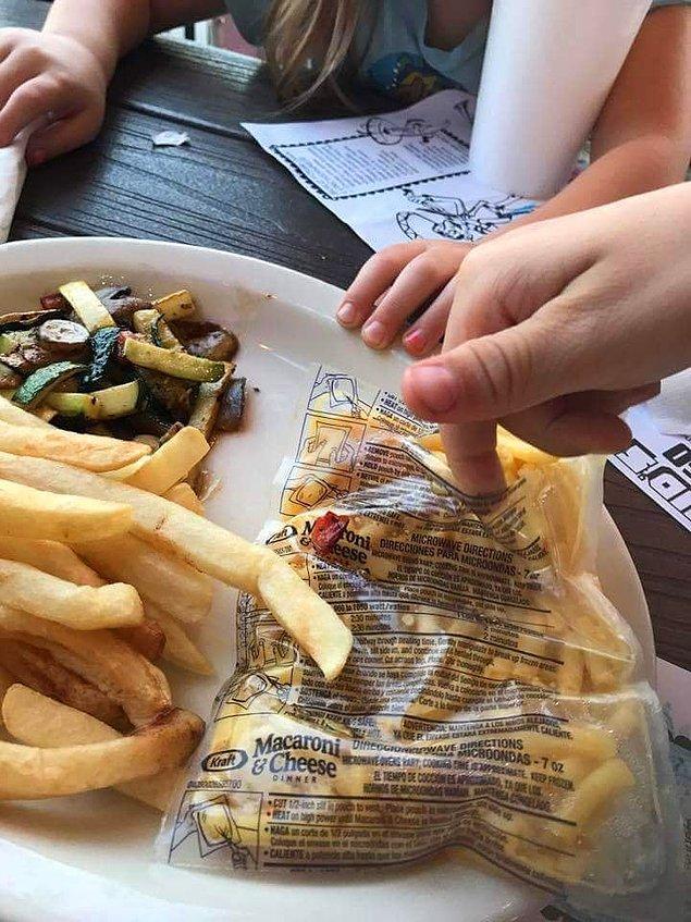 14. Bu restoran çalışanları, çocuk menüsünde yer alan makarnayı, mikrodalga poşetinden çıkarma zahmetine girmemişler.