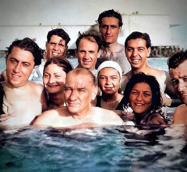 7. Atatürk plajda insanlarla denize girerken, İstanbul, 1936.