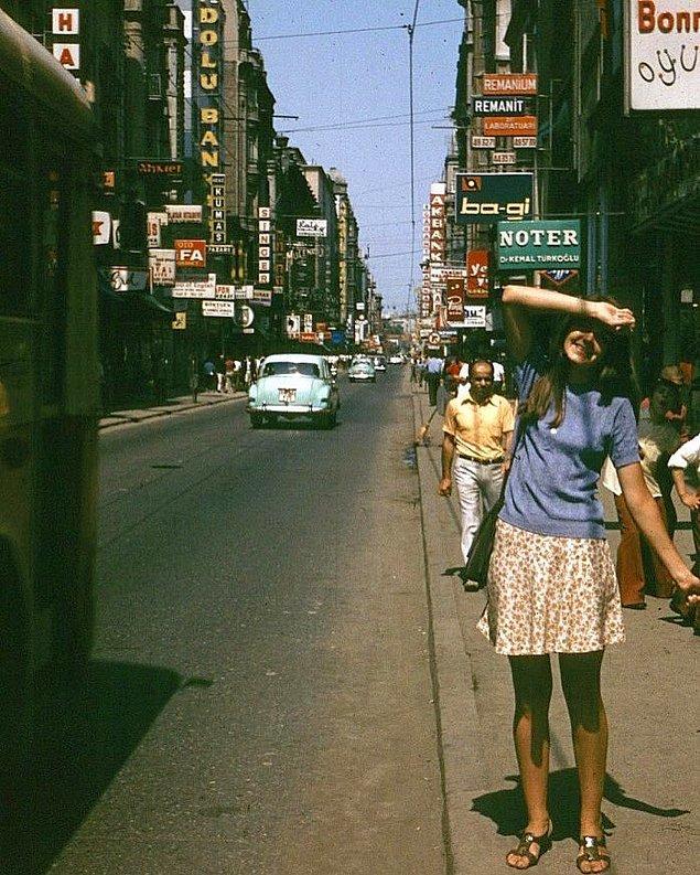 9. İstiklal Caddesi'nde poz veren genç kız, İstanbul, 1970.