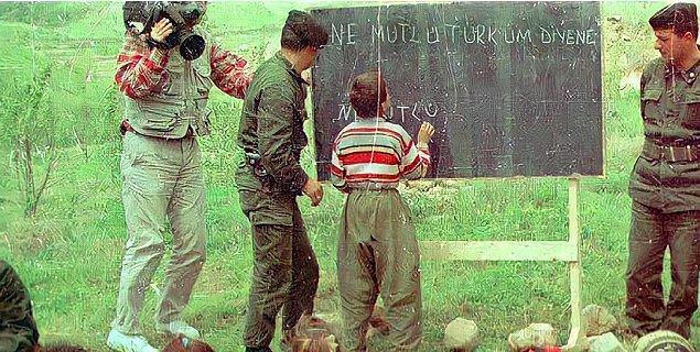 12. Çocuklara Türkçe öğreten Türk askerleri, Şırnak, 1990.