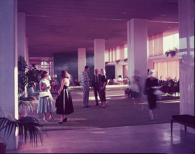 14. Hilton otel lobisindeki misafirler, İstanbul, 1967.
