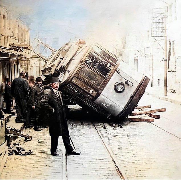 20. Raydan çıkmış tramvayın önünde poz veren adam, İstanbul, 1910.