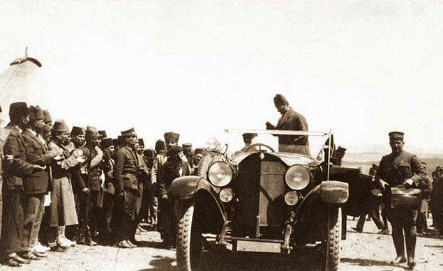 """2. 30 Ağustos 1924, Dumlupınar'da """"Meçhul Asker Anıtı""""nın temelini atarken..."""