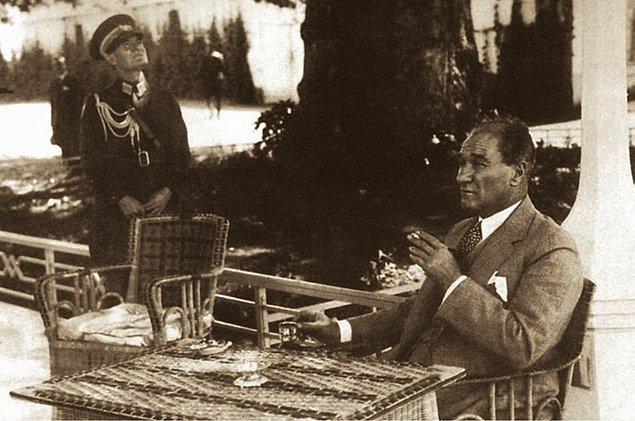 """6. 30 Ağustos 1932, Yalova'da gece sofradayken bir anı hatırlar Atatürk ve yanındaki İsmet Paşa'ya anlatır: """"Hatırlar mısın, Rayak Bölgesi Komutanı olarak vazifem başına giderken..."""""""