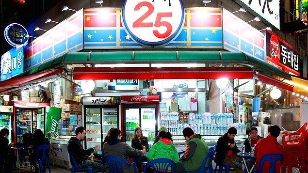 """8. """"Kore'de mahalle marketlerinin içinde sıcak su ve mikrodalga var. Satın aldığınız yemekleri marketin önündeki masalara oturup yiyebiliyorsunuz!"""""""
