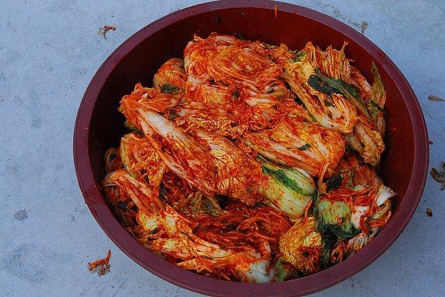 """14. """"Koreliler için vazgeçilmez bir geleneksel yiyecek olan kimchi yani lahana turşusu, çoğunlukla Çin'den ithal ediliyor."""""""