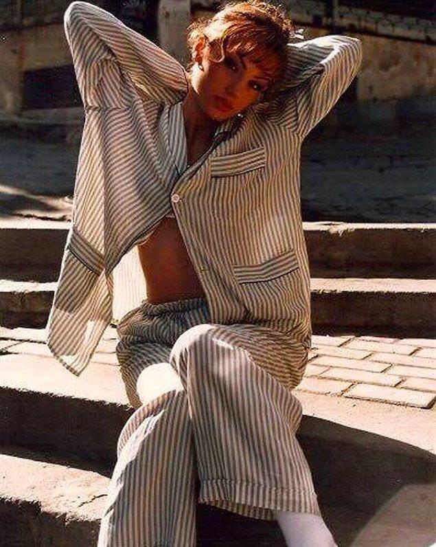 Sene yine 1996… Pijamalarıyla sokaklarda oradan oraya koşturan bir kadın...