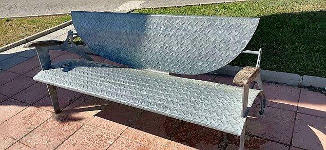 4. Parktaki bu banka güneşli günlerde oturmak imkansız.