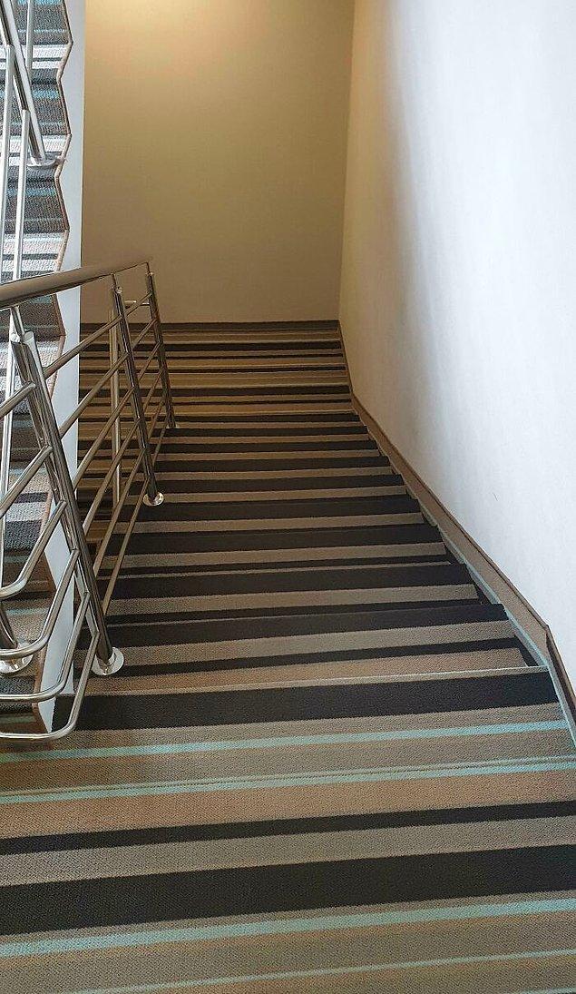 11. Bu otelin merdivenlerindeki halı yüzünden değil sarhoş, en ayık kafayla bile düşme tehlikesi var.