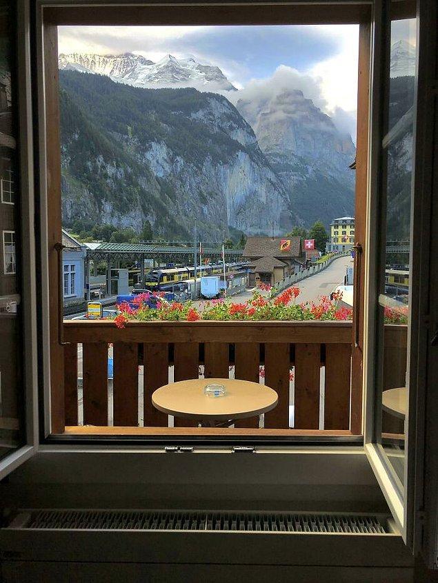 24. İsviçre'deki bu otelin balkonuna sadece pencereden çıkılabiliyor.