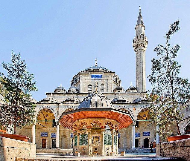 Bir gün Sokullu ile Şemsi Paşa'nın sohbetinde laf 1572'de Sokullu'nun adına yapılan külliyeye gelir. Şemsi Paşa şöyle der: Koca Sinan'a cami yaptırdın, ama bak kuşlar üstüne pisliyor.