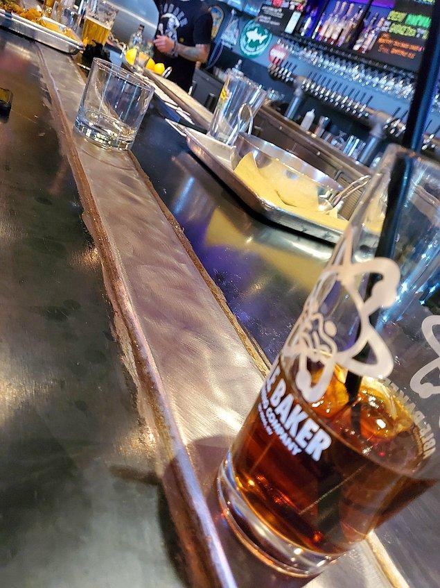 1. İçeceklerin soğuk kalması için bar tezgahının ortasına yerleştirilen metal parça bu sıcak günlerde çok işe yarıyordur: