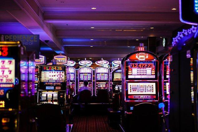 """6. """"Slot makineleri, her zaman kumarhanenin lehine olacak şekilde matematikçiler tarafından tasarlanır. Ancak, halen makinelerde kazanıp kazanmamak tamamen şansa bağlıdır."""""""