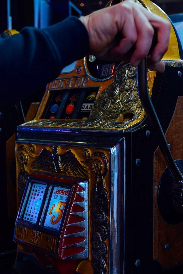 """10. """"Makinenin yanındaki kol çekilerek çalışan slot makineleri aslında manuel değil. Aslında, diğer slot makinelerle aynı sistemle çalışıyorlar, kol sadece görüntü için bulunuyor."""""""