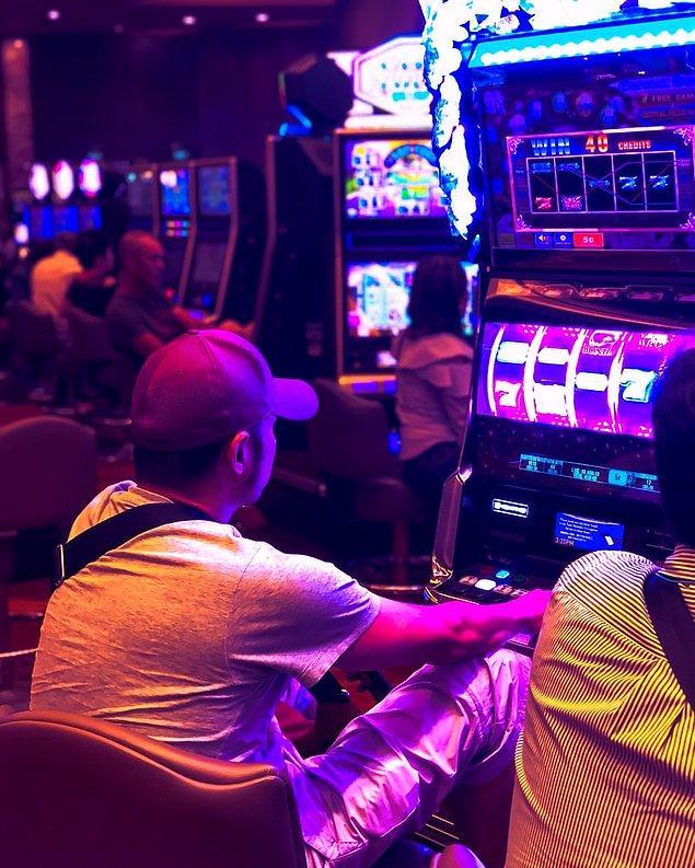 """13. """"Yetişkin insanlar sadece slot makinelerinin başından kalkmak istemedikleri için yetişkin bezi takıp çok uzun süre aynı yerde oturabiliyorlar."""""""