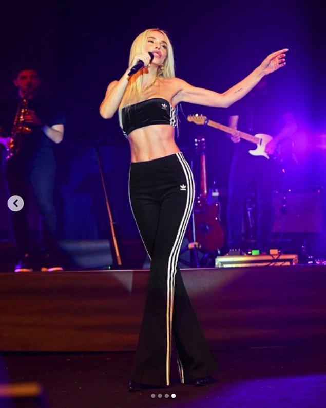 Yasakların kalkmasıyla konser vermeye başlayan ünlü şarkıcı, ilk sahnesine 4 Temmuz'da çıktı.