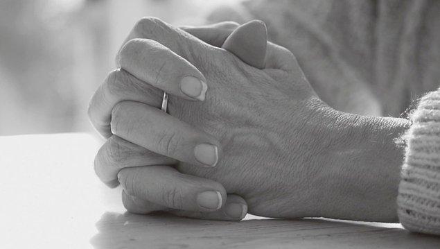 5. Bir insanın kendi kucağında, masanın üzerinde ya da ayakta dururken öylece ellerini kavuşturması genellikle kötü duygularla yorumlanır.