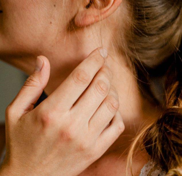 14. Karşınızdaki insanın boynuna dokunması ise dikkat edilmesi gereken bir hareket. Boynumuz birçok sinir uçlarıyla dolu olduğu için bu alana fark ederek ya da etmeyerek dokunmak; kendimizi sakinleştirmeye ve gerginliğimizi atmaya çalıştığımız anlamına geliyor.