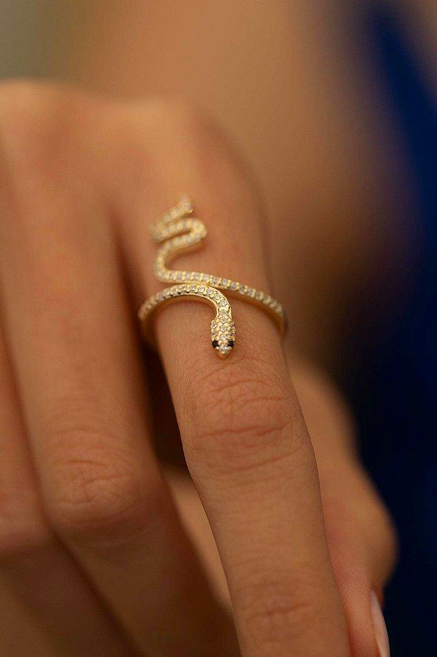 6. 925 ayar gümüş yılanlı yüzük, ince ve uzun parmaklarda şahane duracaktır.