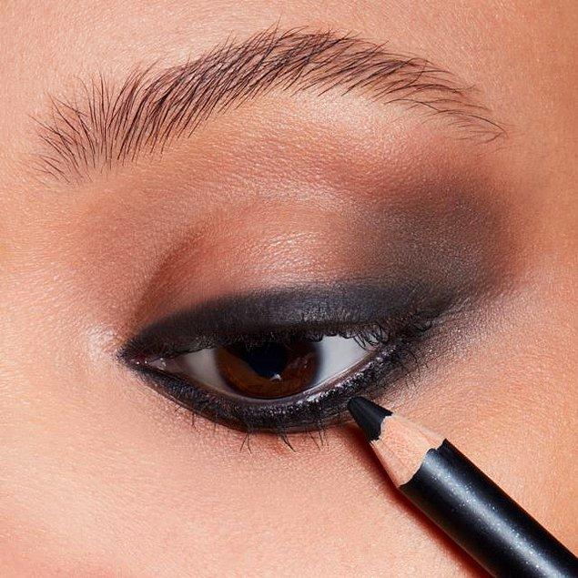 3. M.A.C siyah göz kalemi ile kusursuz bakışlara sahip olun! 😍