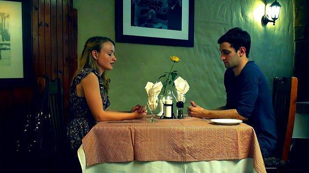 """5. """"Restorana oturduktan iki dakika sonra garson yüzünde çok garip bir ifadeyle bize geldi. Buluşmaya çıktığım kişiye bakıp 'Sen gay değil misin? Daha dün beraberdik' dedi."""""""
