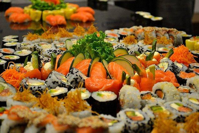 """12. """"Bir buluşmada ilk defa sushi yemeye gitmiştim. Sushilerin her birinin teker teker geleceğini düşündüğüm için 13 tane söyledim. Sadece benim siparişlerimi sığdırmak için iki masayı birleştirmek zorunda kaldılar..."""""""