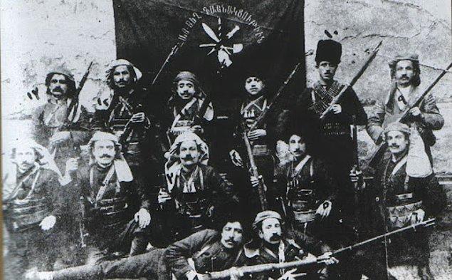 I. Dünya Savaşı öncesi ticaret ve yolcu taşımacılığının yanı sıra kaçakçılık ve korsanlık yapan İpsiz Recep Rusya'dan Osmanlı'ya Ermeni komitacılar da getirir. Ancak Ermenilerin Osmanlı'ya...