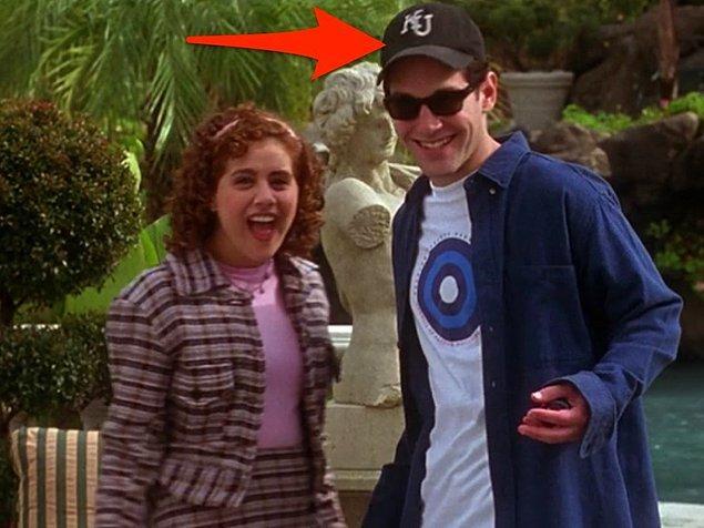 12. 'Clueless' filminde Paul Rudd'un taktığı Kansas Üniversitesi şapkası gerçekten de oyuncunun şapkasıymış. Üniversitesine ve mezun arkadaşlarına selam göndermek isteyen Rudd, kostüm ekibinden bu şapkayı kullanmak için izin almış.