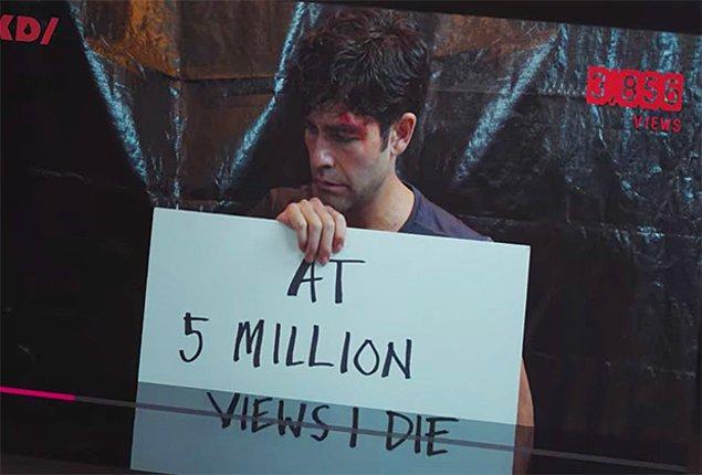 Bu kez ise pankartta, yayınlanan video 5 milyon görüntülenme aldığı takdirde Nick'in öleceği yazıyor!