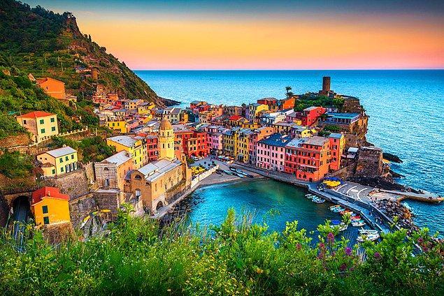 6. Rengarenk evlere ev sahipliği yapan Cinque Terre, özellikle günbatımında fantastik bir güzelliğe bürünüyor.