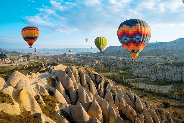 10. Ülkemizin gözbebeği Kapadokya, gün doğumunda gökyüzüne havalanan balonlarla renkleniyor.