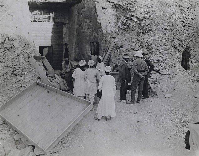 Kısa süre önce yürütülen bir çalışma bu olasılığı çürüttü. 2013'te yürütülen bir çalışmada, Tutankamon'un lahdindeki kahverengi lekeler analiz edildi ve bu lekelere neden olan organizmanın aktif olmadığı görüldü.