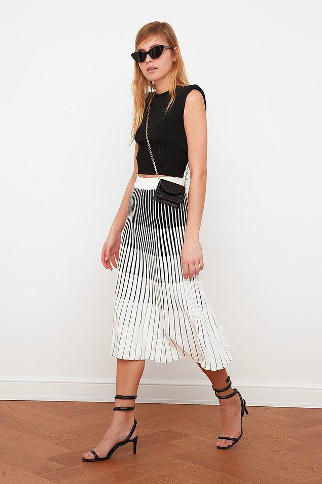 Siyah ve beyaz renklerin harmanlandığı pileli etek modelleri bu senenin en sevilen desenleri arasında!