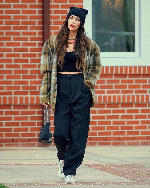 Bu ilişkiye kadar sade ve günlük hayatta da sıradan bir tarzı olan Megan Fox, aniden trendlere uyum sağlamaya başladı.