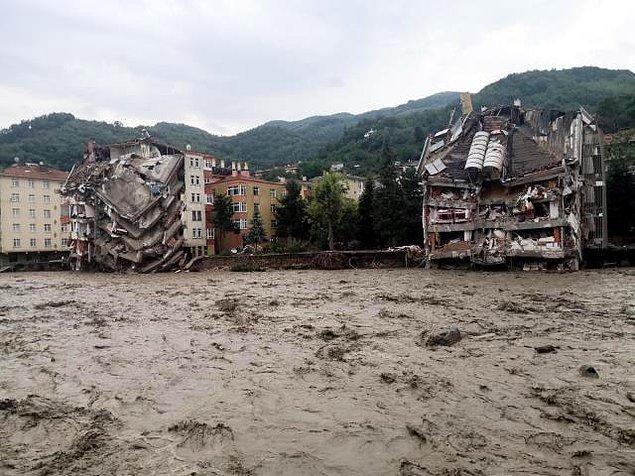 Öte yandan Karadeniz'de başlayan sel felaketleri de hepimizi derinden üzmüş, her yeri yıkıp geçmişti!