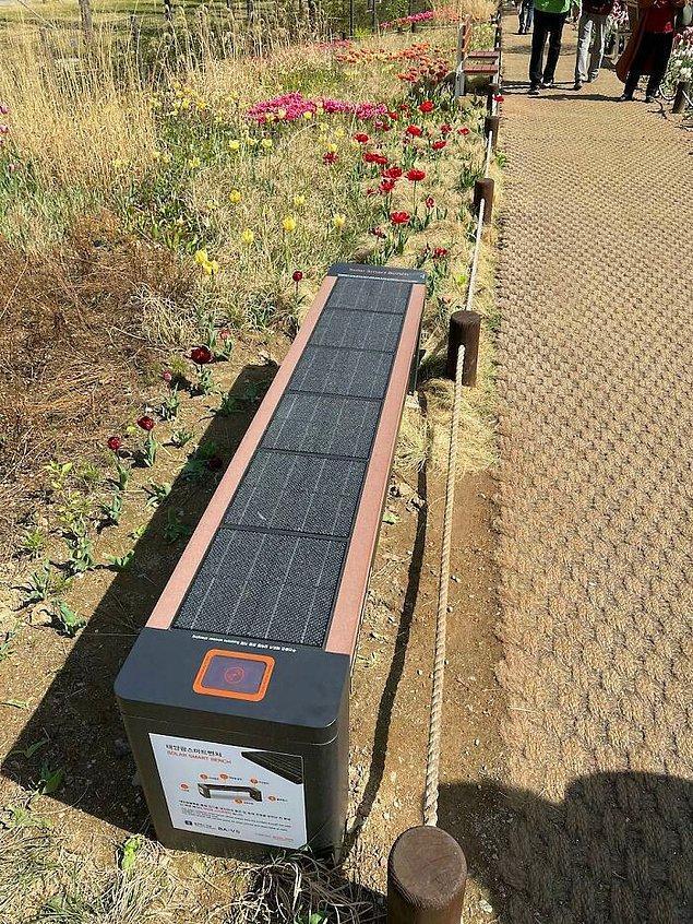 8. Güneş enerjisi toplayan bu bankta, telefonunuzu şarj edebileceğiniz prizler de var.