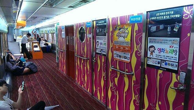 18. Güney Kore trenlerinde tek kişilik karaoke odaları var.