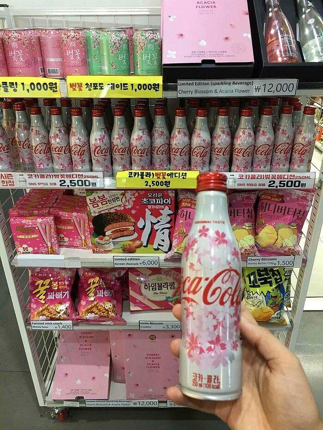23. Kiraz çiçeği desenli coca cola şişeleri.