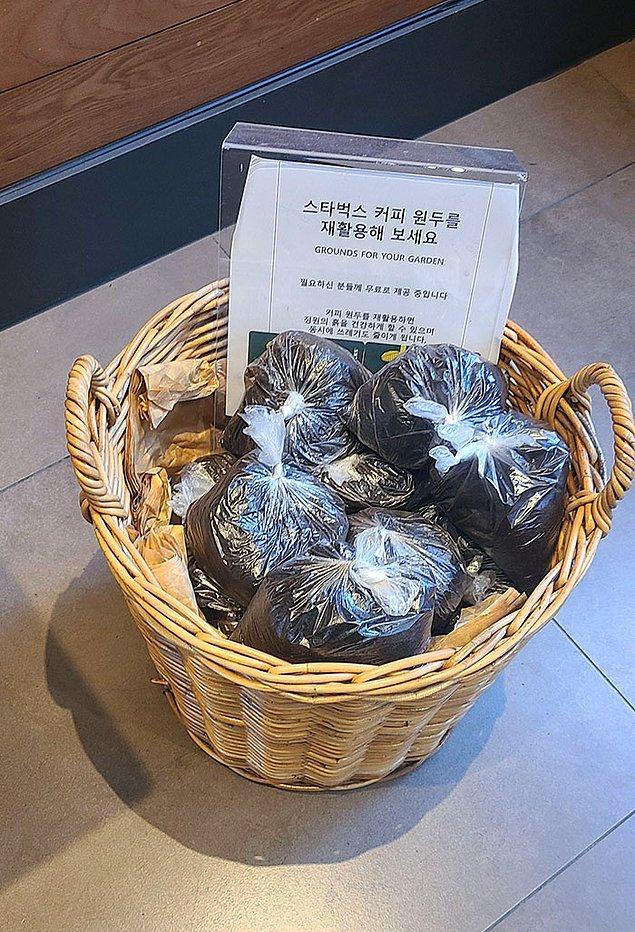 29. Seoul'daki bu Starbucks, bahçenizde kullanmanız için kahve telvelerini topluyor.