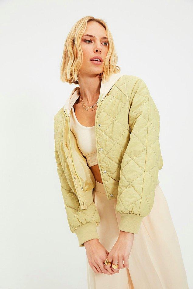14. Kapüşonlu crop ceket bahar aylarında giymek için ideal bir parça.