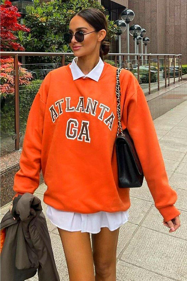 4. Bahar mevsiminin vazgeçilmezidir sweatshirtler... Oversize sweatshirtleri elbise olarak kullanabileceğiniz gibi, taytlarla da kombinleyebilirsiniz.
