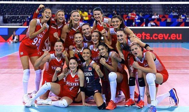 Bildiğiniz gibi geçtiğimiz günlerde büyük bir mücadelenin sonunda Filenin Sultanları  Sırbistan'da Hollanda ile karşılaşmıştı ve milli voleybolcularımız, maçı 3-0 yenerek Bronz Madalya kazanmışlardı.