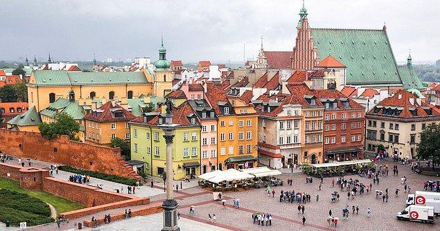 7. Savaşta yerle bir edilen Varşova vatandaşların destekleri ve yardımları ile eski haline getirilmiştir.