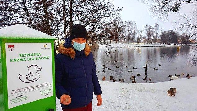 16. Göllerde yüzen ördeklerin bayan ekmek ile zehirlenmesini ve aç kalmasını engellemek için göl ve su kenarlarında yemmatikler bulunuyor.