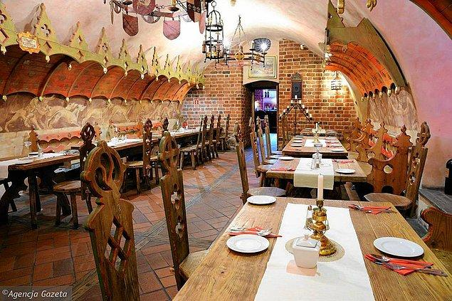 18. 1275 yılında kurulan Avrupa'nın en eski restoranı Piwnica Świdnicka'da yemek yeme şansınız var.