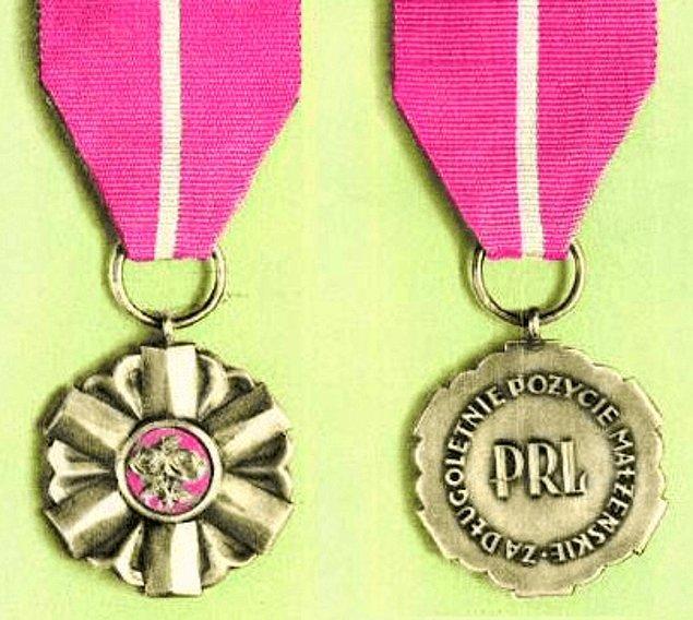 19. Cumhurbaşkanı en az 50 yıldır evli olan çiftlere madalya vermektedir.