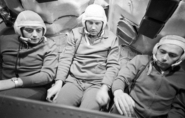 Görevliler ses gelmediğini görünce kapıyı açıp içeri girdiklerinde ise 3 kozmonotu koltuklarında uyuyor halde gördü.